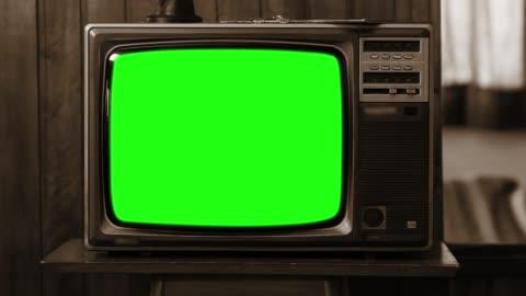vidéos et rushes de télévision vintage avec écran vert. sepia tone. zoom shot. - vintage