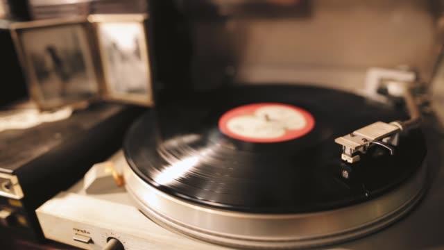 vídeos y material grabado en eventos de stock de vintage turntable rotación vinilo record, un lápiz óptico con una aguja - disco audio analógico
