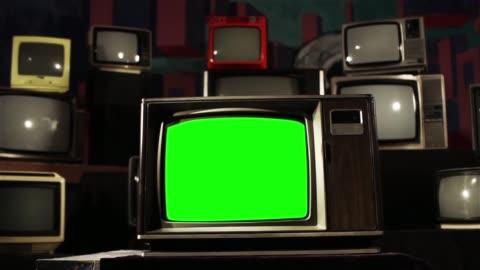 vidéos et rushes de tv vintage green screen avec beaucoup des années 1980, tvs. dolly abattu. tonalité de fer. - format hd