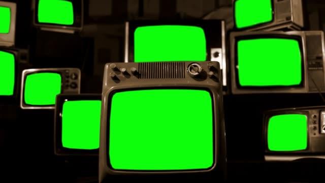 vídeos de stock, filmes e b-roll de tvs vintage tela verde. tom sépia. - television