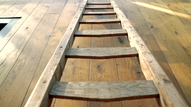 stockvideo's en b-roll-footage met vintage houten ladder tegen muur - ladder