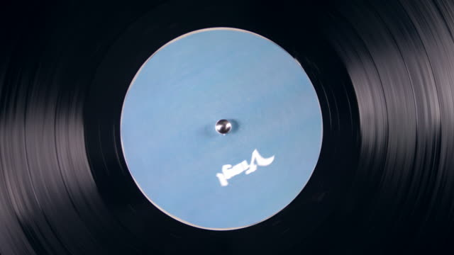 ビニールプラッタは、ヴィンテージ音楽プレーヤーにスピンします。 - アナログレコード点の映像素材/bロール