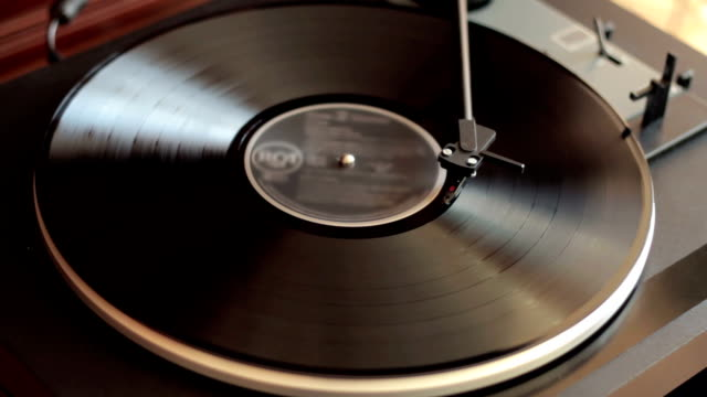 lettore vinile interrotta automaticamente - disco audio analogico video stock e b–roll