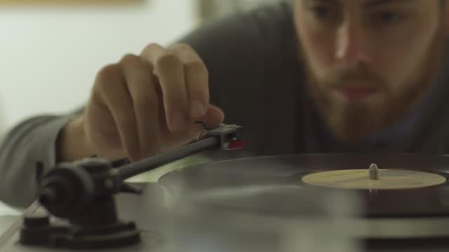 vinyl player - giradischi video stock e b–roll