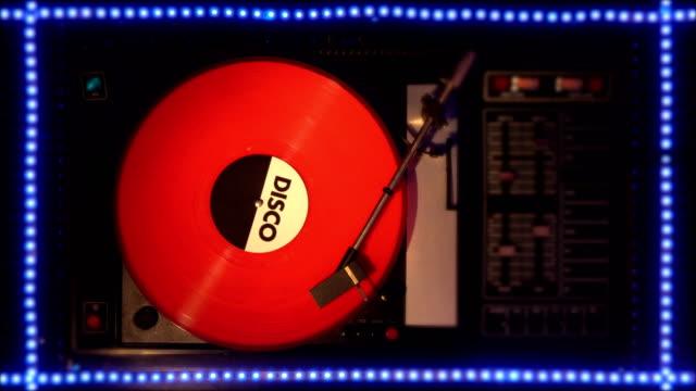disco in vinile sul pleer. riproduce una canzone da un vecchio giradischi. - disco audio analogico video stock e b–roll