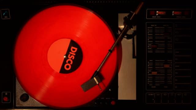 vídeos y material grabado en eventos de stock de disco de vinilo en el pleer. toca una canción de un viejo tocadiscos. - disco audio analógico
