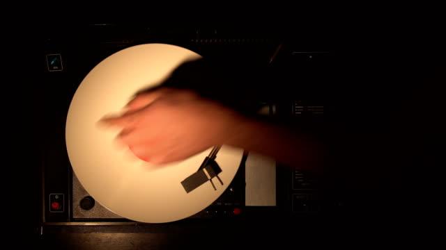 ビニール レコード、pleer。古いターン テーブルから曲を再生します。 - アナログレコード点の映像素材/bロール
