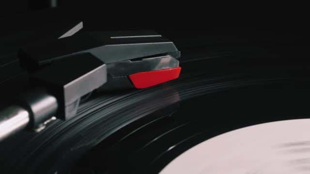 disco in vinile sul giradischi. primo piano. video vintage loop-able del vecchio grammofono, riproduzione di una musica, 4k - disco audio analogico video stock e b–roll
