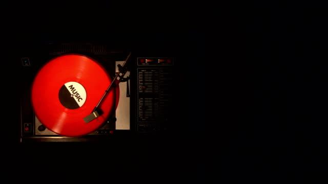 disco in vinile sul giradischi. primo piano. - disco audio analogico video stock e b–roll