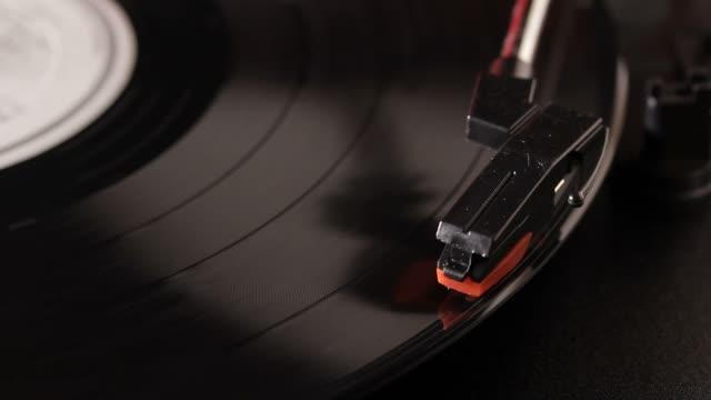 ビニール記録に記録し、ビンテージのターンテーブルプレーヤー - アナログレコード点の映像素材/bロール