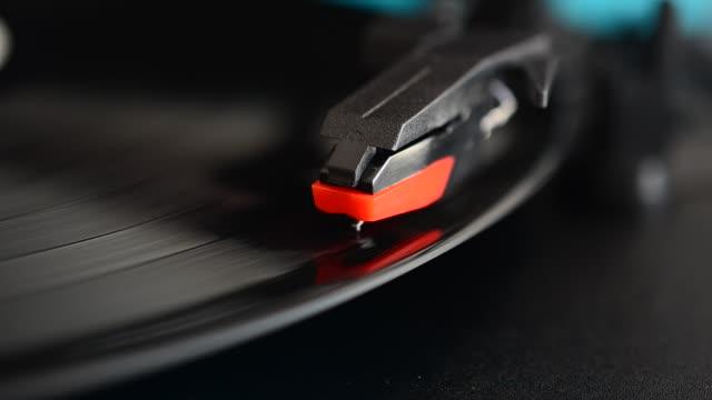 lettore discografico in vinile. ago su un disco in vinile. - disco audio analogico video stock e b–roll