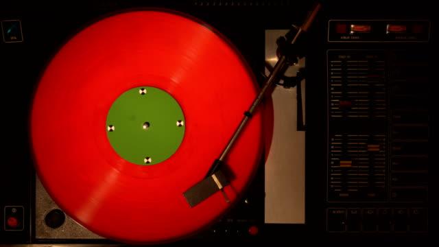 pleer di dischi in vinile. riproduce la canzone da una vecchia vista dall'alto del giradischi 4k. - disco audio analogico video stock e b–roll