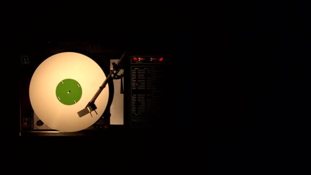 ビニール レコードの pleer。古いターン テーブル 4 k 上面から曲を再生します。 - アナログレコード点の映像素材/bロール