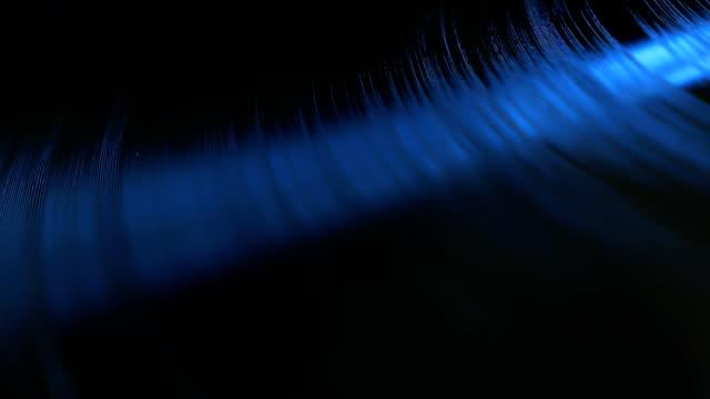 disco in vinile che gira su un giradischi moderno - disco audio analogico video stock e b–roll