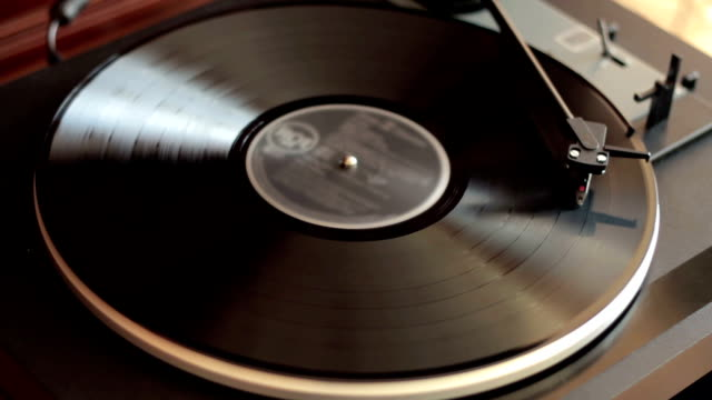 rotante in vinile su un giradischi, vista dall'alto - giradischi video stock e b–roll