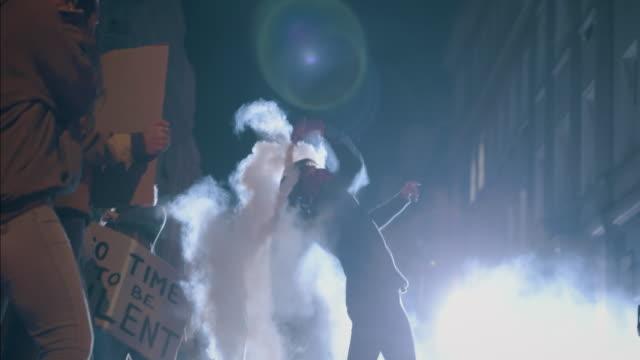 vídeos y material grabado en eventos de stock de activista violento lanzando una granada de humo - dureza