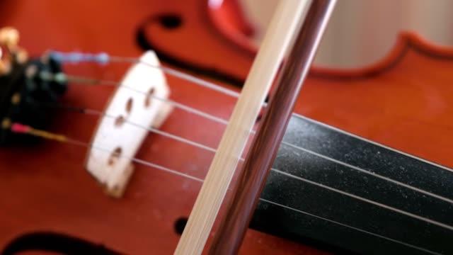 vídeos de stock, filmes e b-roll de violino nas mãos do menino. - música acústica