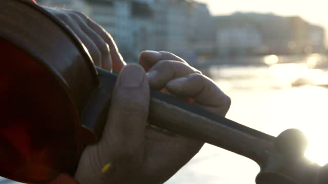 vídeos de stock, filmes e b-roll de violino na cidade - arte, cultura e espetáculo