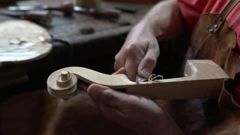 vidéos et rushes de violon cafetière dans son atelier - fait maison