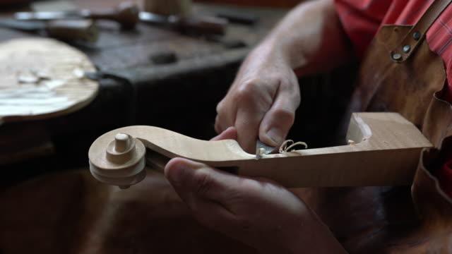 在他的工作室的小提琴製造商 - 手工藝 個影片檔及 b 捲影像
