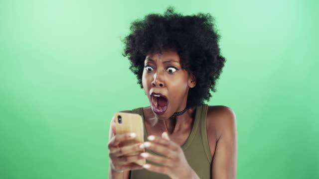 vídeos de stock, filmes e b-roll de clipes virais ir viral por uma razão - fundo verde