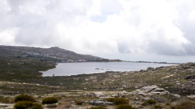 vídeos de stock e filmes b-roll de viriato lagoon landscape in serra da estrela, portugal - barragem portugal