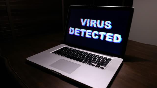 vídeos de stock e filmes b-roll de virus detected in laptop - vírus informático
