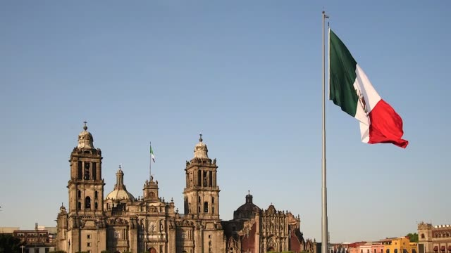 visions of mexico city, the cathedral with flag - город мехико стоковые видео и кадры b-roll