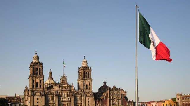 メキシコシティのビジョン、旗のある大聖堂 - 記念建造物点の映像素材/bロール