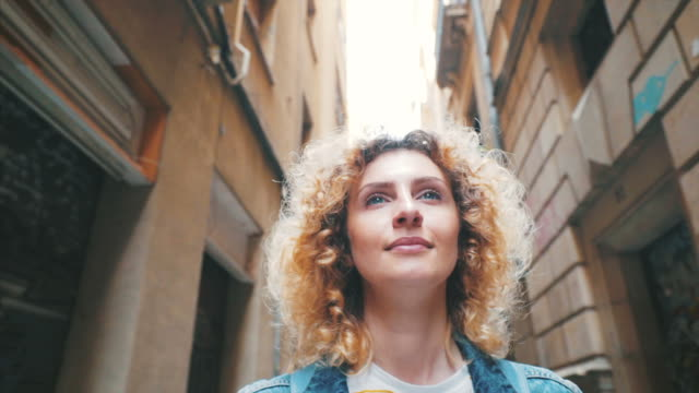 バルセロナの隠れた通りを訪問します。 - 日常から抜け出す点の映像素材/bロール