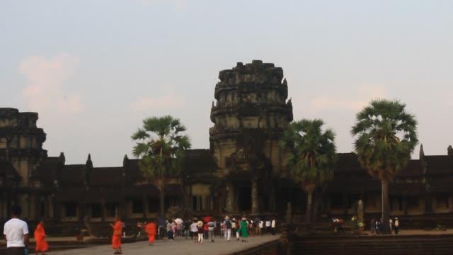 besucher besuch angkor - kambodschanische kultur stock-videos und b-roll-filmmaterial