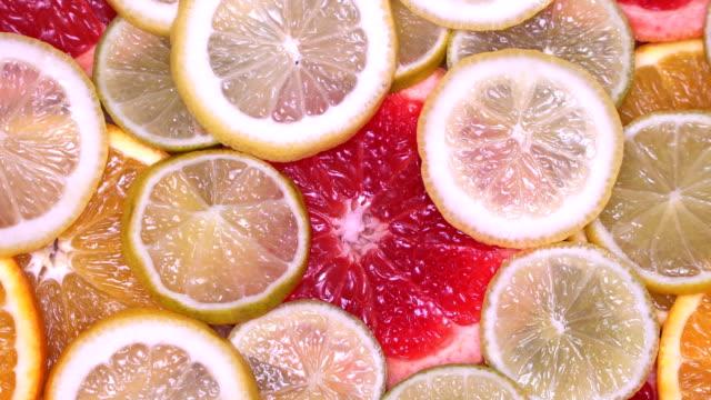 vidéos et rushes de vitamine agrumes citron, orange, lime, pomelo, pamplemousse tournant - infusion pamplemousse