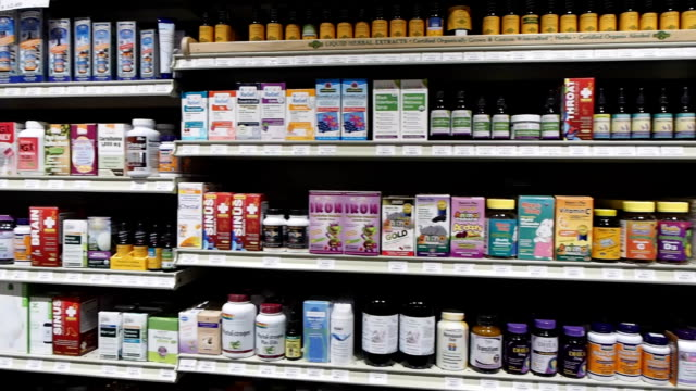 vitamin-isle-muster in market - alternative medizin stock-videos und b-roll-filmmaterial