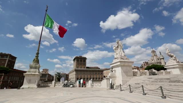 Vittorio Emanuele-Denkmal in Rom und italienischer Flagge – Video