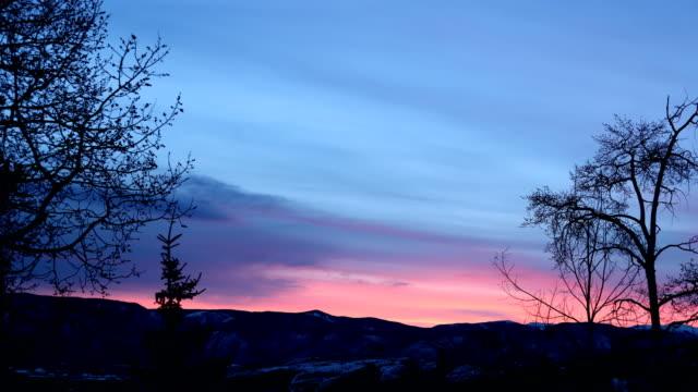 levande 4k time-lapse av sunrise över rocky mountains i snowmass village i colorado, usa. - pink sunrise bildbanksvideor och videomaterial från bakom kulisserna