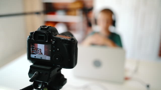 vlog recording - preadolescente video stock e b–roll