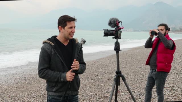 vlogger att göra video om kameror och fotografering - filma bildbanksvideor och videomaterial från bakom kulisserna