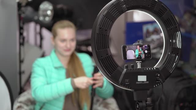 vidéos et rushes de vlogger enregistrement vidéo blog parle de matériel photographique et vidéo - photophone