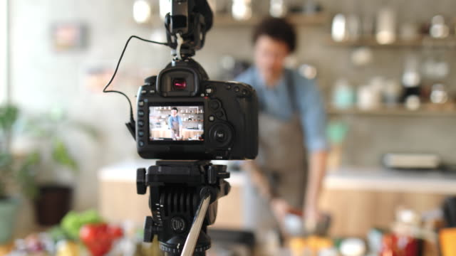 vídeos de stock e filmes b-roll de vlogging about food preparation - hambúrguer comida