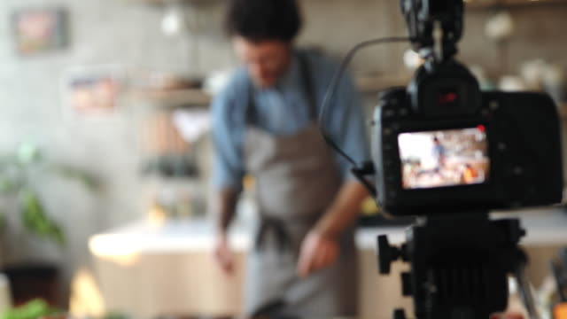 vídeos de stock e filmes b-roll de vlogging about food preparation - atuação