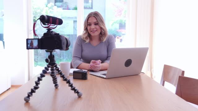 동영상 블로그 - influencer 스톡 비디오 및 b-롤 화면