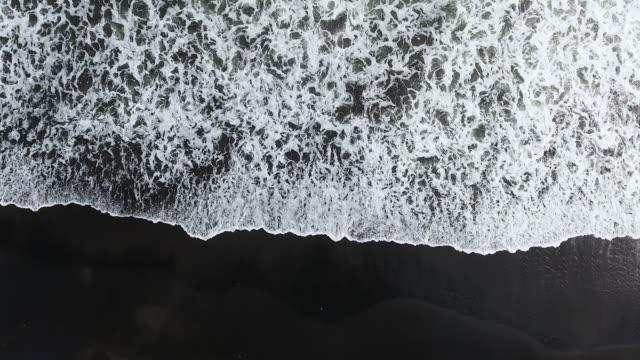 vidéos et rushes de plage volcanique de bali - image en noir et blanc