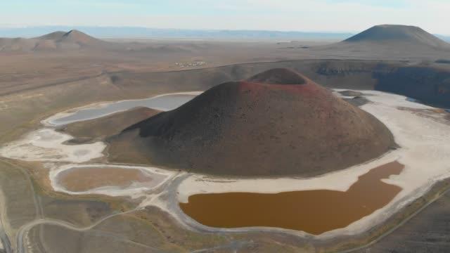vídeos y material grabado en eventos de stock de paisaje volcánico y cráter - diseño natural