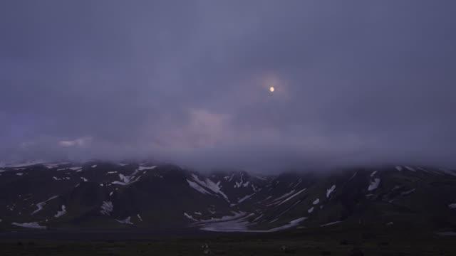 vídeos de stock e filmes b-roll de volcanic landscape of kamchatka (time lapse): evening view - cinza