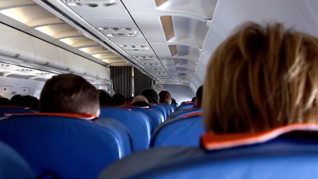Volgograd, Rusia - 19 de febrero de 2015: Interior de un avión de pasajeros de licencias. - vídeo