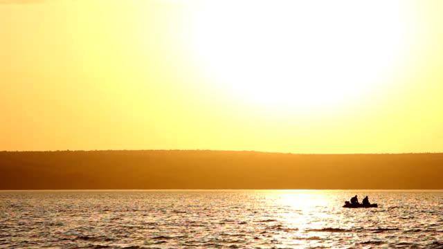 wolgograd, russland – 15. mai 2014: zwei mans angeln zusammen in einem boot. - sonnenbarsch stock-videos und b-roll-filmmaterial
