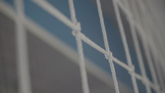 vídeos y material grabado en eventos de stock de red de voleibol. primer plano. grandes nudos de filamentos gruesos - juego de vóleibol