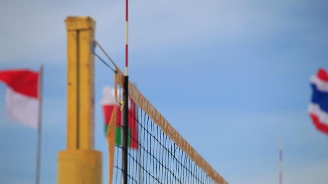 Juegue voleibol jugadores mano cerca de la malla. HD1080p - vídeo