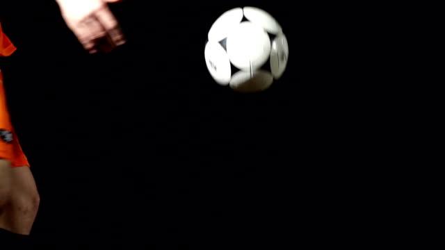 ボレー、フットボール(サッカーボール、スーパースローモーション - サッカークラブ点の映像素材/bロール