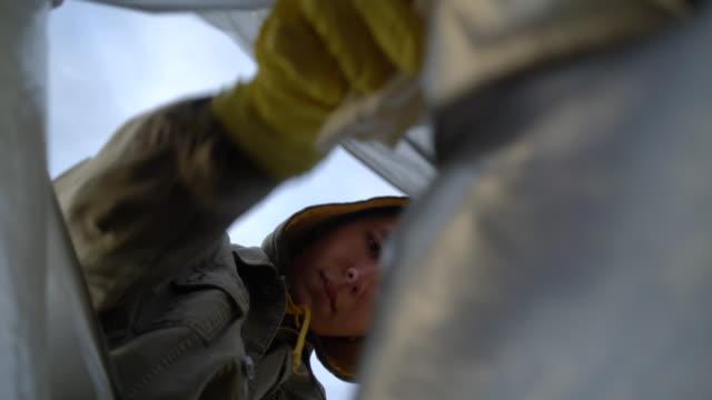 ボランティアは、屋外でのゴミ収集チャリティー環境を支援します。 ビデオ
